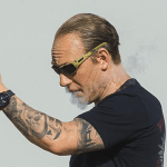 PEOPLE : Tom Hardy se détend avec sa e-cigarette sur le tournage de «Fonzo» !
