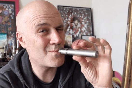 ΑΝΘΡΩΠΟΙ: Ο Jan Kounen, η αγάπη του για το vaping και οι δυσκολίες με το Vape Wave