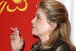 PERSONE: Catherine Deneuve lascia il tabacco per la sigaretta elettronica e sta meglio!