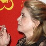 MENSEN: Catherine Deneuve stopt met tabak voor de e-sigaret en ze is beter!