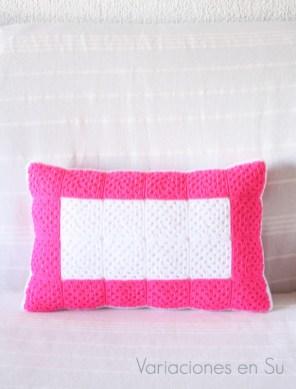 cojín-ganchillo-rosa-blanco-acabado-2