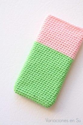 funda-móvil-ganchillo-verde-rosa-1