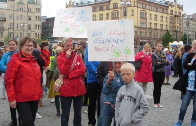 Vain kaksi kättä -mielenilmauksessa kesäkuussa Keskustorilla puolustettiin lasten oikeutta päivähoitoon ja laadukkaaseen varhaiskasvatukseen. Kuva: Karoliina Järvinen.