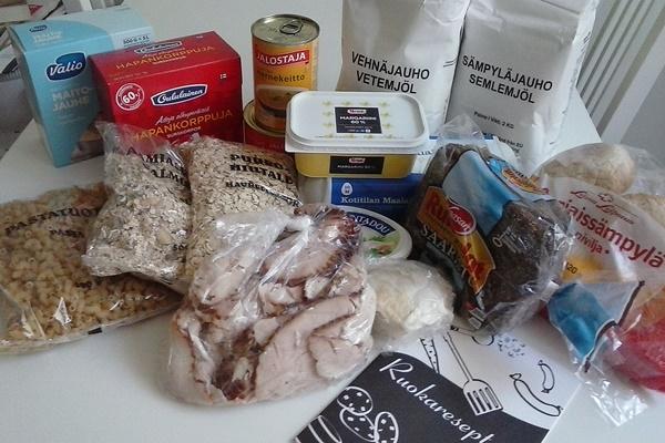 Kuvateksti: Keliaakikolle, laktoosi-intolerantille tai vegaanille ruoka-avun valikoima olisi melko haastava. Sämpyläjauhotkin ovat pelkkää vehnää, mutta leseiden kera