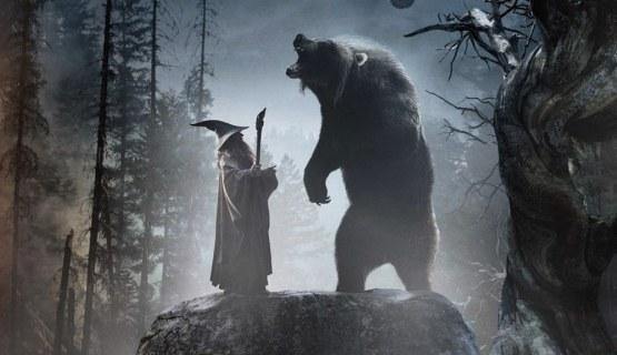 Gandalf hablando con Beorn en forma de oso sobre la crisis.