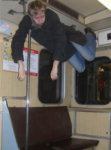 Vampiro durmiendo en el metro