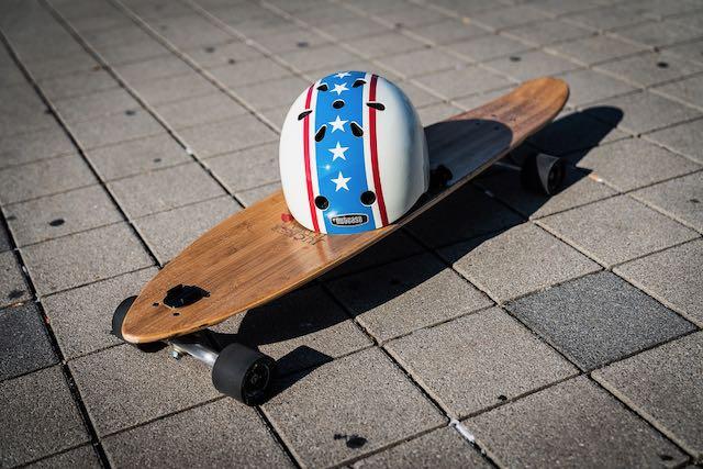 Longboard und Helm