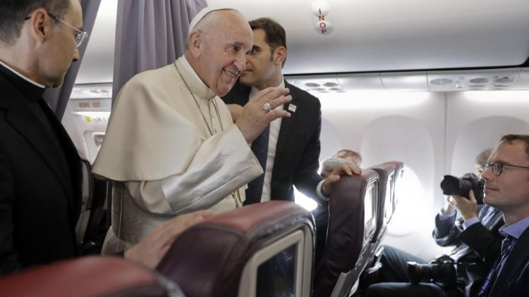 Francisco com os jornalistas do voo papal