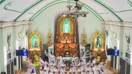Dâng hoa tại một nhà thờ ở Sơn Lôi (Vĩnh Phúc), một xã bị phong toả vì virus corona