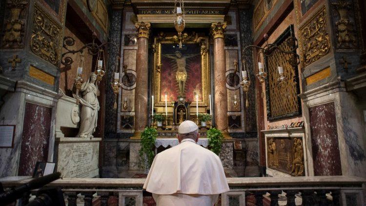 """ĐTC cầu nguyện trước """"Tượng Chịu Nạn Rất Thánh"""""""