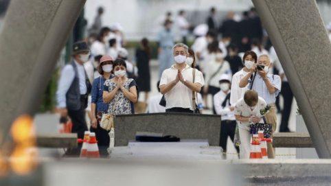 広島平和記念公園で祈る人々 2020年8月6日