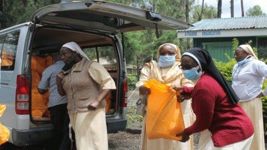 貧しい人々への支援物資を運ぶ修道女たち 2020年5月 ケニアで