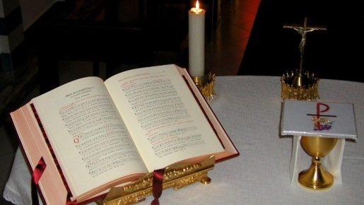 祭壇上で開かれたミサ典礼書