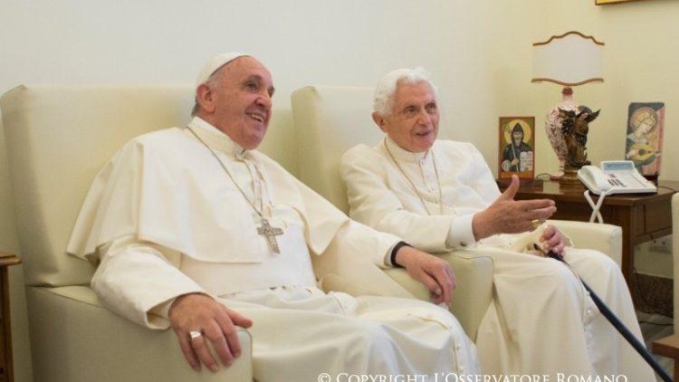 Visita del Papa Francisco al Papa Emérito Benedicto XVI en el Monasterio Mater Ecclesiae. Foto de archivo