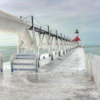 Nel Michigan freddo e gelo fanno diventare un Faro una Scultura di Ghiaccio