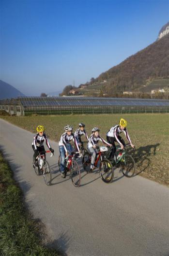 Mendrisio: presentazione anello ciclabile di San Martino. Nella foto alcuni ciclisti sul percorso ciclabile. © Ti-Press / Benedetto Galli