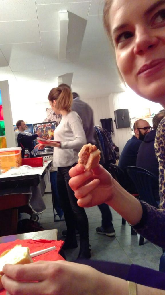 Lisi isst etwas während Rebecca hinten das Dessertbuffet prüft.