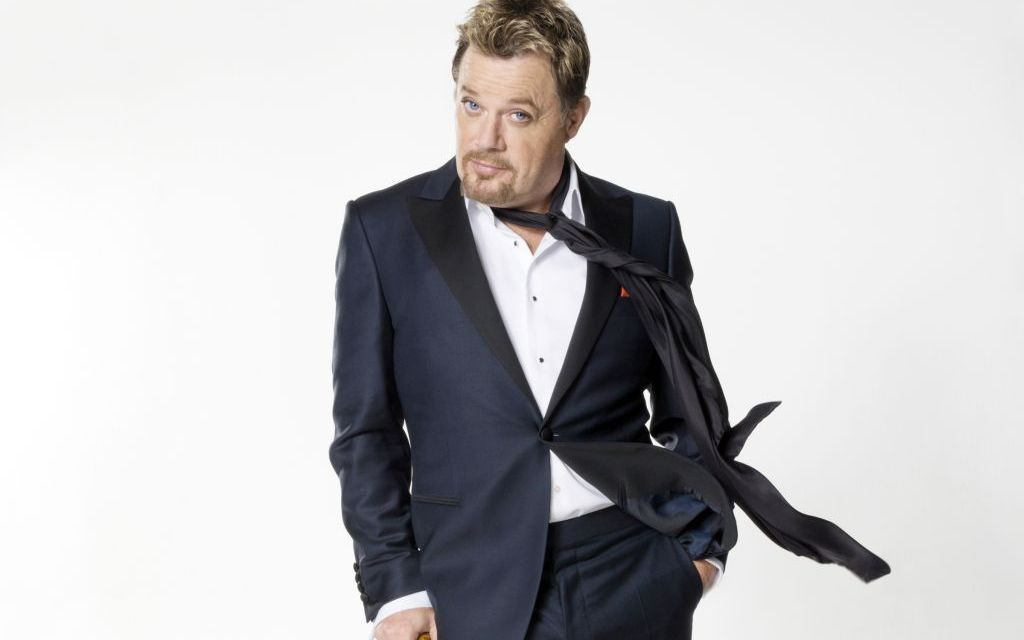 IN HIS KNEE-HIGHS | Eddie Izzard enthralls Thousand Oaks with tales of his upbringing, breasts