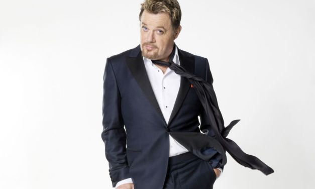 IN HIS KNEE-HIGHS   Eddie Izzard enthralls Thousand Oaks with tales of his upbringing, breasts