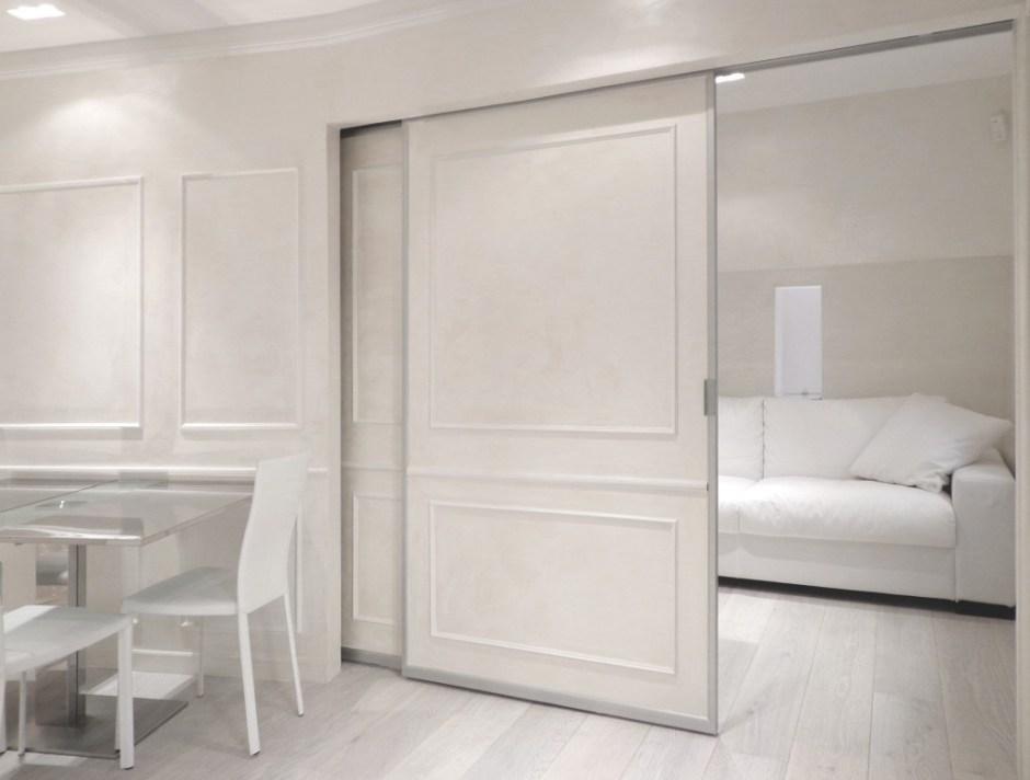 Porte scorrevoli aperte che svelano il divano letto