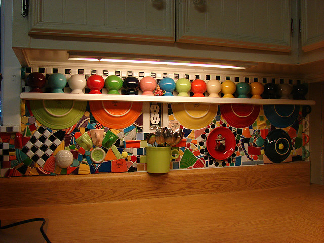 paraschizzi cucina con frammenti di piastrelle