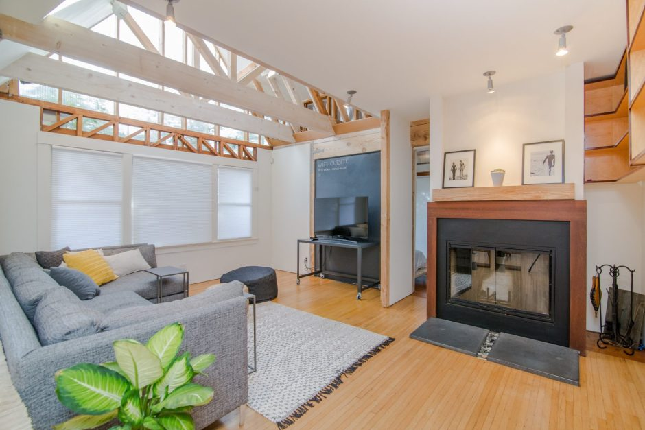 Ristrutturare casa per realizzare un soggiorno in stile moderno con camino e soffitto finestrato