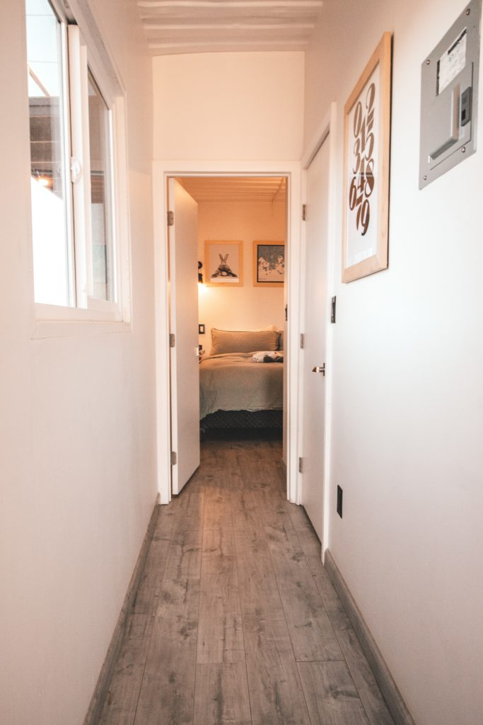 Corridoio con pareti bianche e rivestire un pavimento esistente con il laminato
