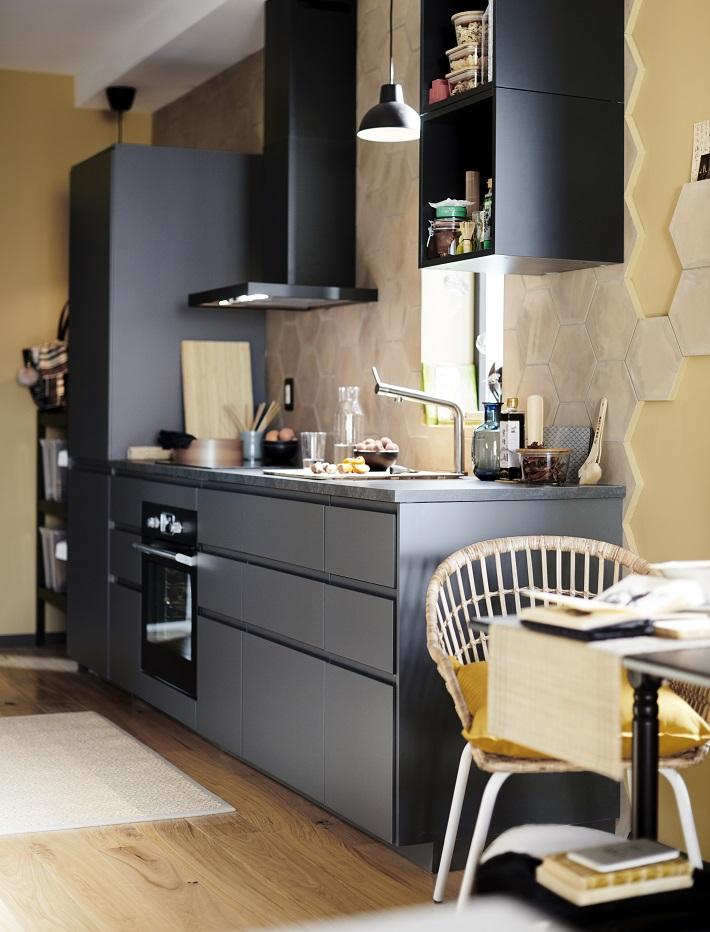 consiglio per l'illuminazione della cucina nera lineare