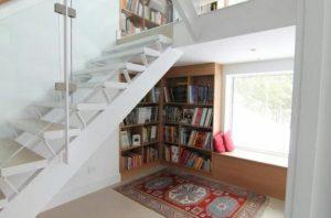 angolo lettura sotto finestra del soggiorno