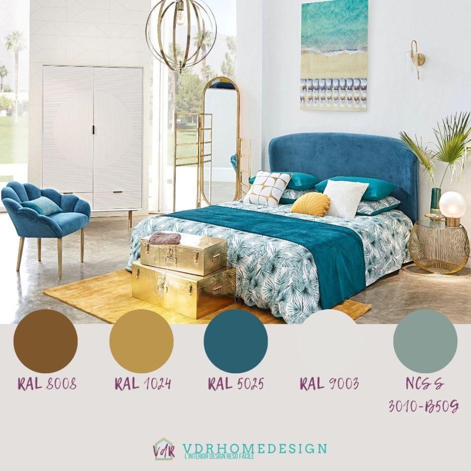 camera da letto con pareti bainche, letto azzurro e dettagli oro