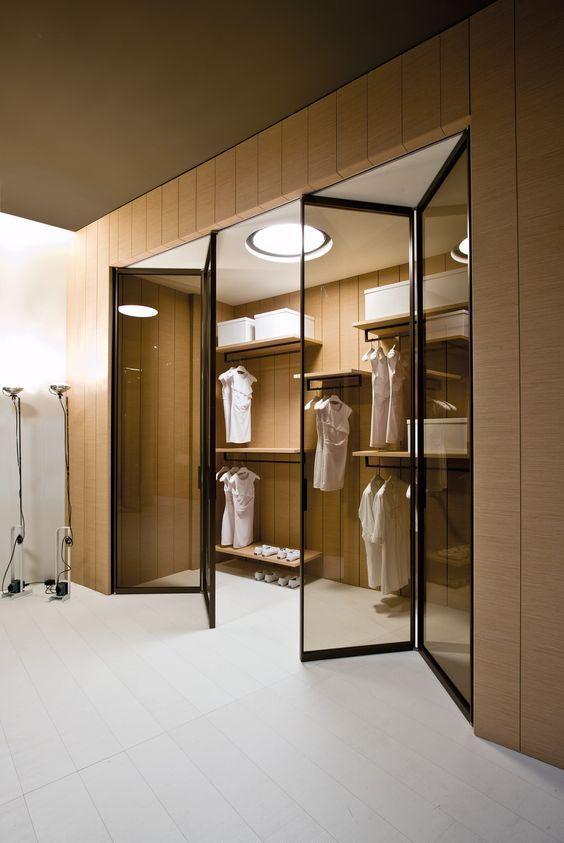 cabina armadio con pareti rivestite con boiserie e panelli in vetro scorrevoli