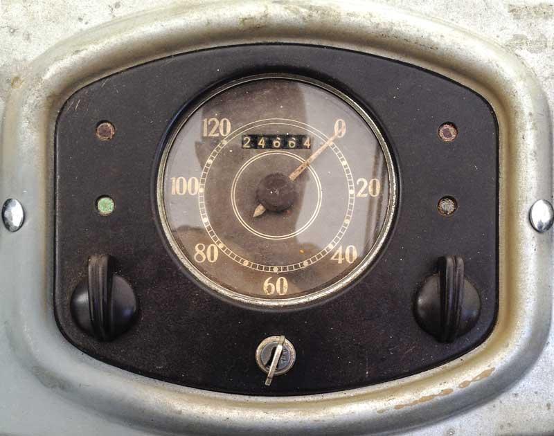 minimalist vintage speedo dash pod design