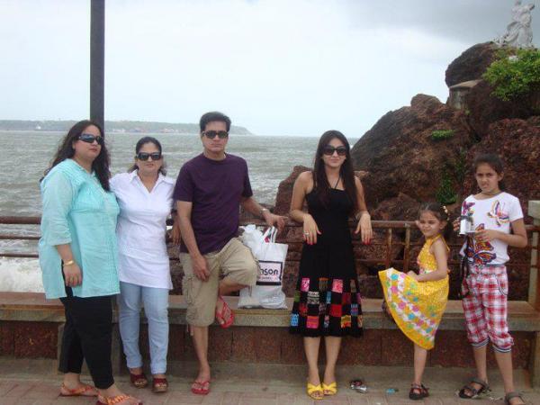 Aksha Pardasany With Her Family Veethi