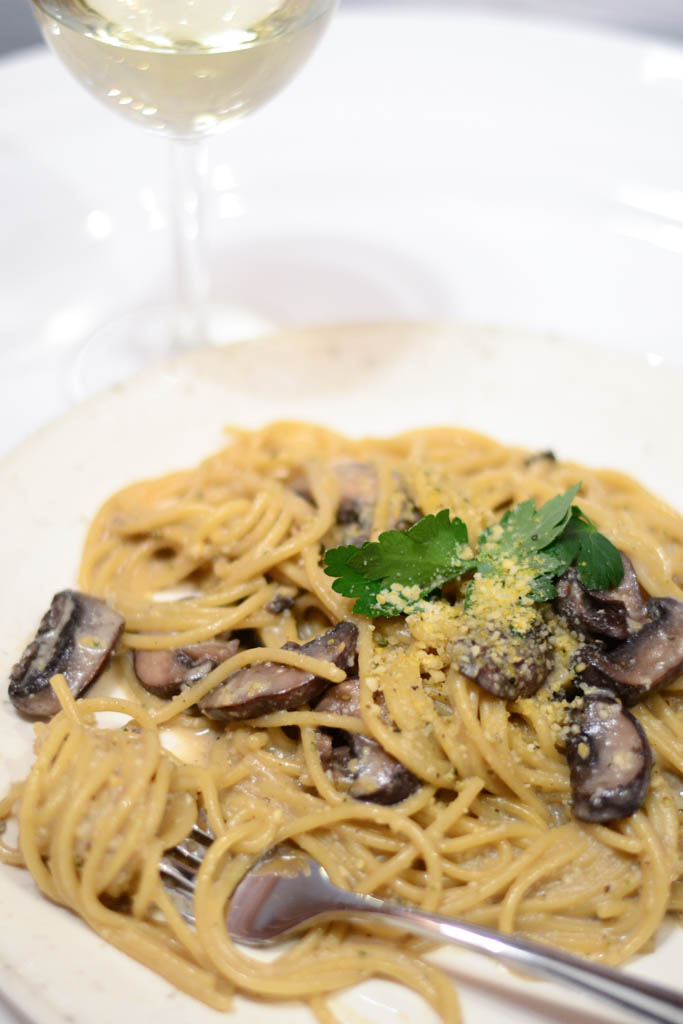 Need vegan pasta ideas? This creamy mushroom fettuccini pasta is a mushroom lovers dream come true! It's also ready in 30 minutes. Win-win! Make it tonight. #veganrecipes #veganfood #recipeoftheday