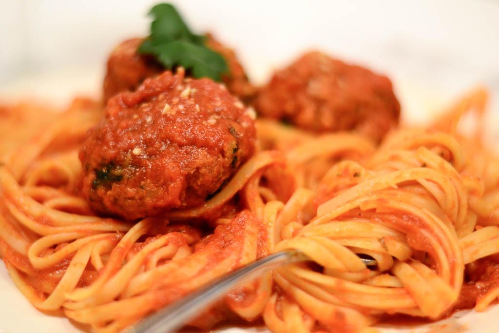 Vegan spagetti recipe with Beyond Meat meatballs. #veganfood #veganrecipes #vegan #pasta
