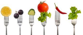 Varios tenedores pinchando verduras