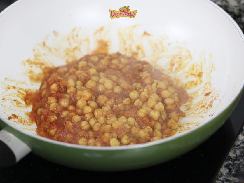 Añadimos tomate y Garbanzos