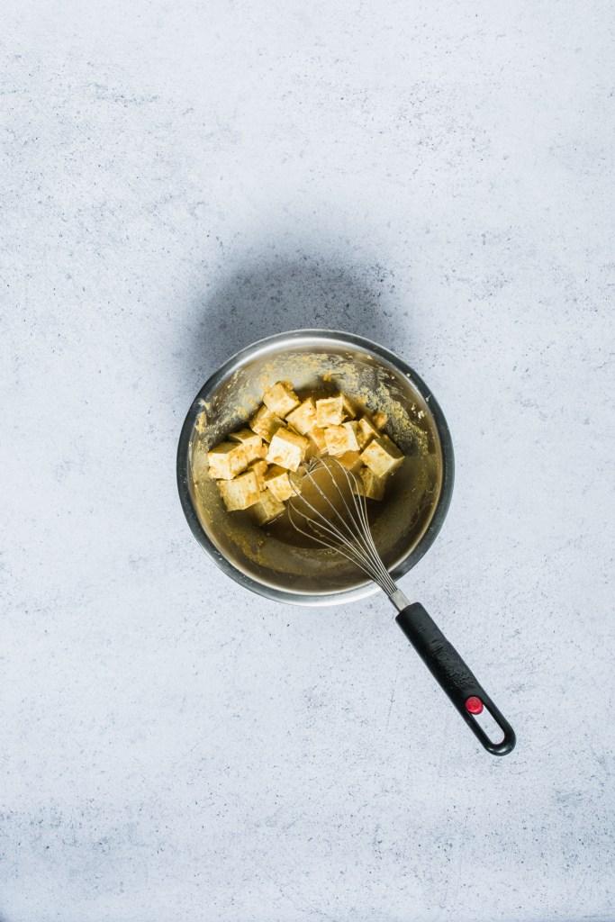 Mariner le tofu pour lui donner le même goût que la viande est facile. Le tofu prend tous les goûts que nous souhaitons lui donner.