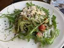 Pici fatti a mano con spinaci al pesto, rucola e pomodorini