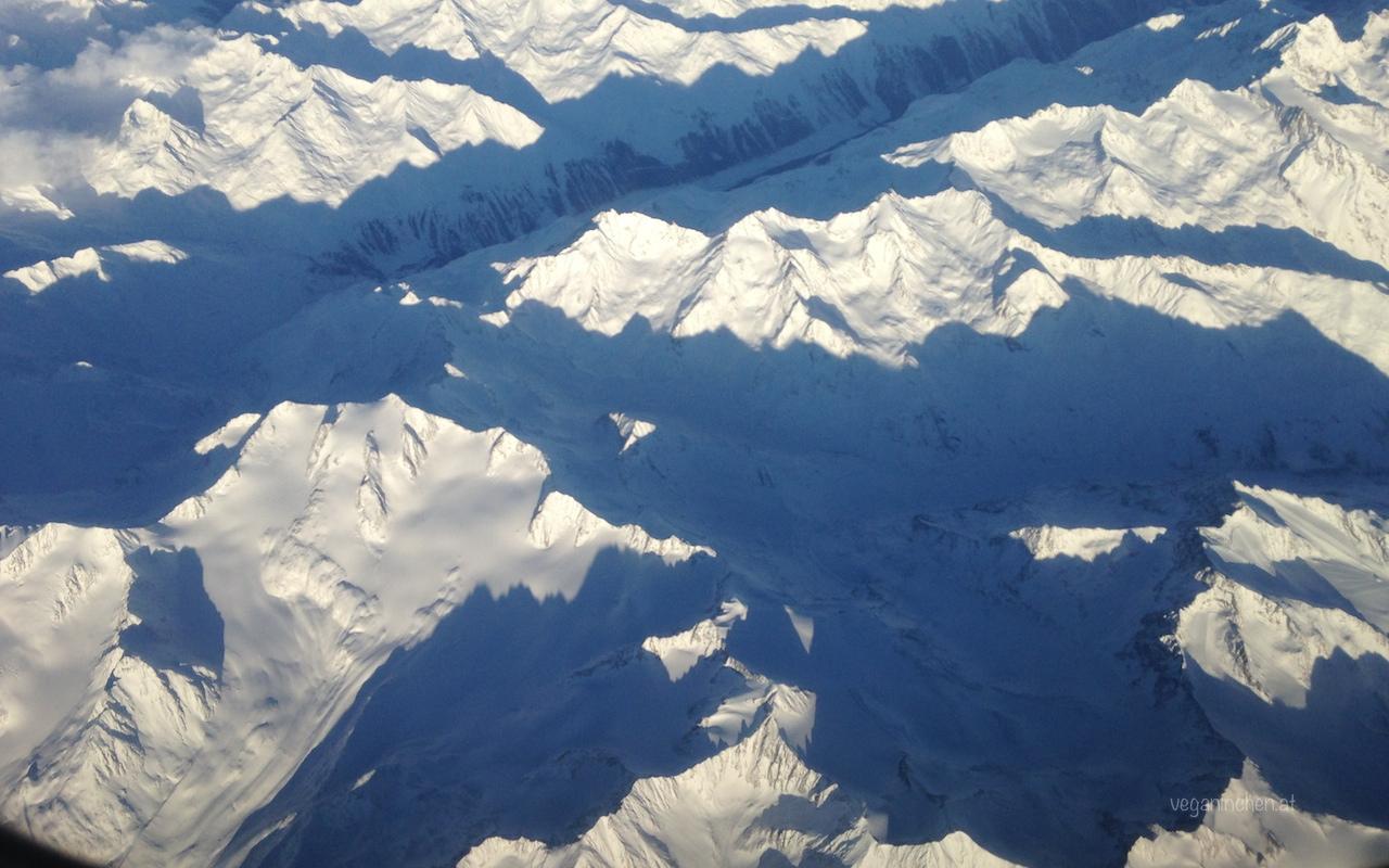 Flug über die verschneiten Alpen