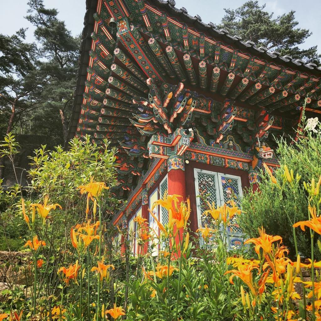 Beautiful temple in Hwayang Valley, Geosan