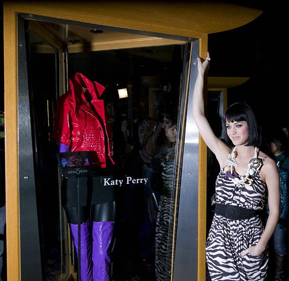 "Katy Perry with a special case dedication displaying her outfit from the video of ""Hot N Cold"""