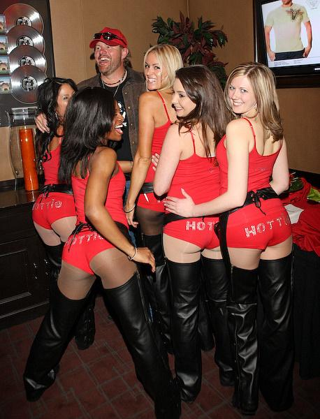 Toby Keith with 'I Love This Bar and Grill' Servers