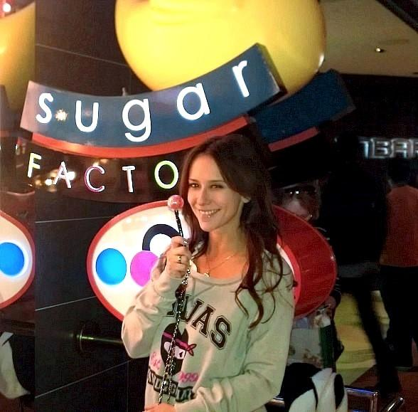 Jennifer Love Hewitt shopping for sweets at Sugar Factory at The Mirage