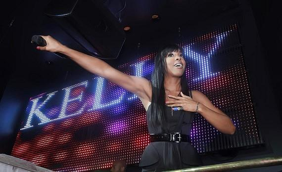 Kelly Rowland gets the crowd singing along during her performance at Chateau Nightclub & Gardens