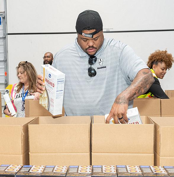 Raiders' Offensive Line Team up with Smith's Grocery Stores to Provide 500 Thanksgiving Meal Boxes to Local Families