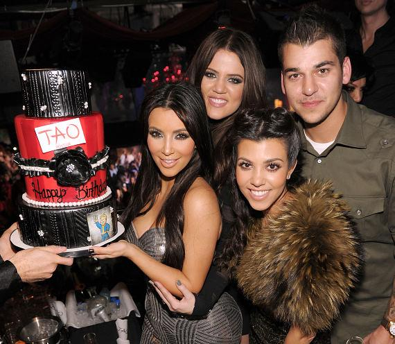 Kim Kardashian with cake, Khloe, Kourtney and Robert