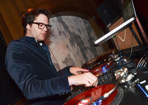 https://i1.wp.com/www.vegasnews.com/wp-content/uploads/Mayer-Hawthorne-DJs-at-The-Library-at-Marquee-588.jpg