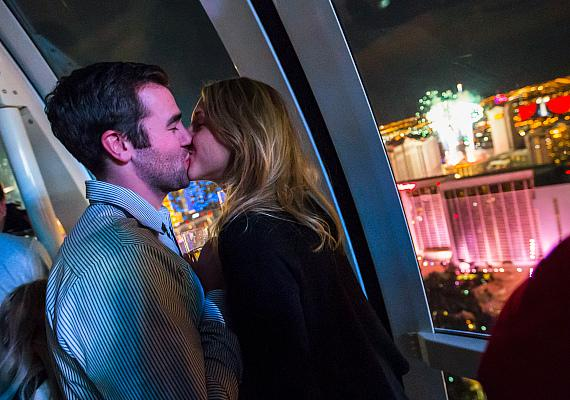 High Roller passengers ring in 2015 with a New Year's Kiss