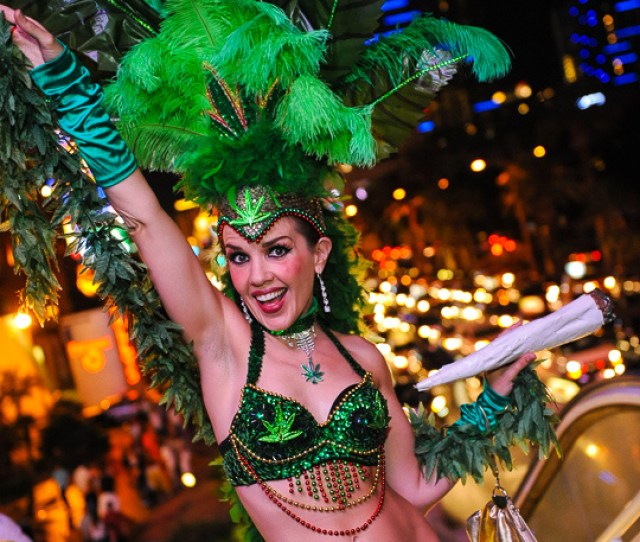 Sarah Jane Woodall Las Vegas Street Performer And Showgirl Extraordinaire